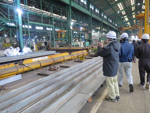 鋼板溶接作業状況を見学の様子
